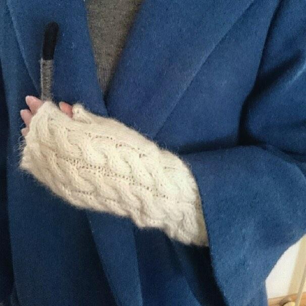 ケーブル編みがおしゃれな、手編みのハンドウォーマー。親指の付け根もしっかりカバー、手の甲、手首から腕にかけてしっかり包み込みます。指の付け根部分からの長さ約23cm。キッドモヘア使用。抜群の暖かさ!#モヘアニット #ハンドウォーマー #キッドモヘア #あったかい #サーモヘア #モヘアソックス #あったか靴下 #madeincanada #手袋